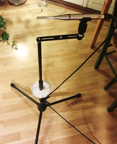 Microphone on stand which can rotate while keeping the end in the same position